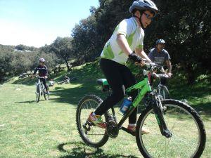 """Alejandro jugando a """"pillar en bici"""""""